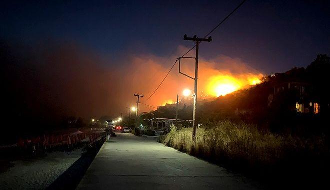 Υπό μερικό έλεγχο η φωτιά στις Κροκέες Λακωνίας