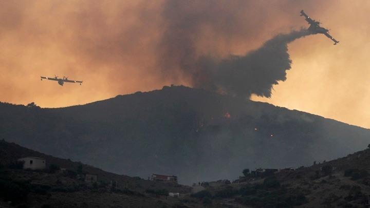 Έως την Κρήτη φτάνει ο καπνός από τη φωτιά στην Κερατέα – Χωρίς ενεργό μέτωπο η πυρκαγιά στη Νέα Μάκρη (εικόνες)