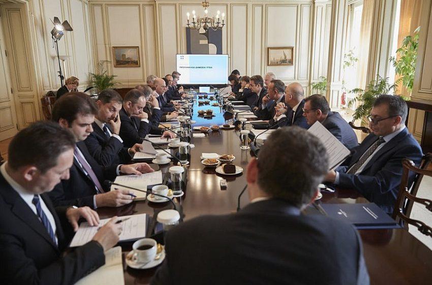 """Κομισιόν: """"Κίτρινες κάρτες"""" στο μισό υπουργικό – Εκκρεμείς συντάξεις και οφειλές Δημοσίου στο επίκεντρο της κριτικής"""