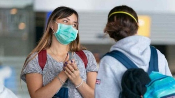 Οι διαφανείς προσωπίδες και οι μάσκες με βαλβίδα είναι αναποτελεσματικές κατά της εξάπλωσης του κοροναϊού