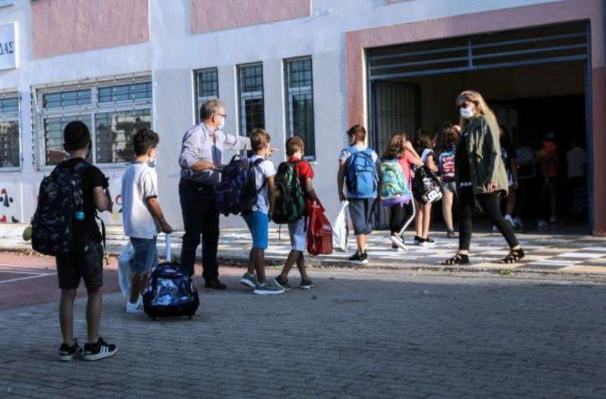 Αγιασμός σε σχολεία σε συνθήκες κοροναϊού (vid)