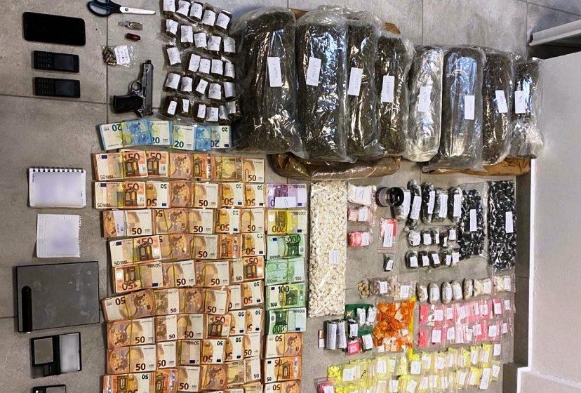 Mύκονος: Συνελήφθη ηγετικό μέλος διακίνησης ναρκωτικών – Κατασχέθηκαν χάπια ecstasy, κοκαΐνη και χασίς