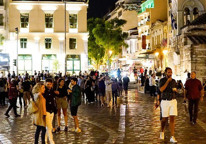 Τα περίπτερα έκλεισαν… ο κόσμος έμεινε πλατεία – Απαγόρευση κυκλοφορίας και στο βάθος… καραντίνα