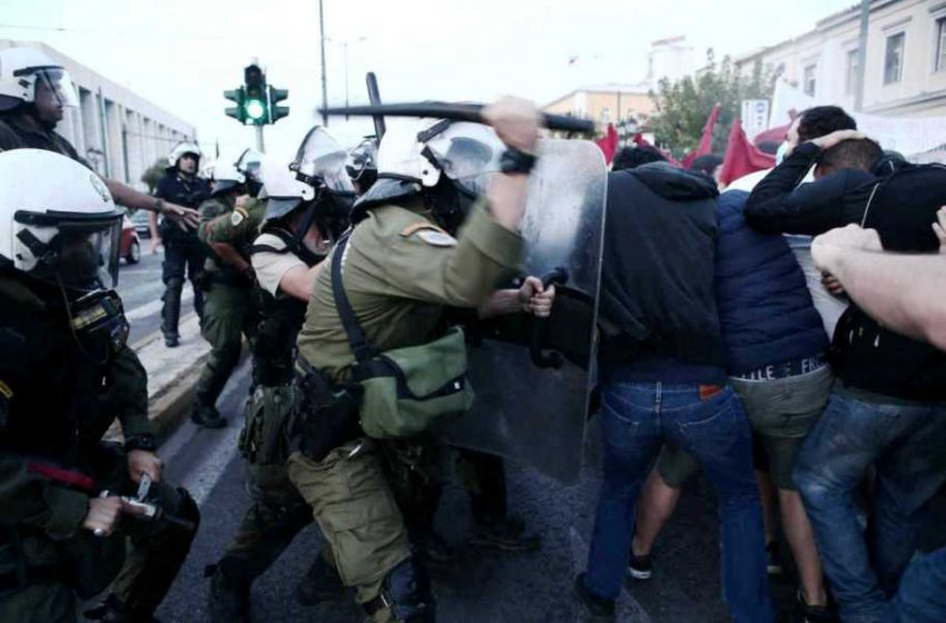 Πορείες και επεισόδια για την παρουσία Πομπέο – Ξύλο με τα ΜΑΤ στην Αθήνα – Έκαψαν σημαίες στην Θεσσαλονίκη (vids)