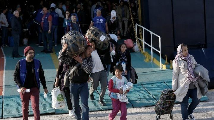 Περισσότεροι από 900 πρόσφυγες μεταφέρονται στην ηπειρωτική Ελλάδα