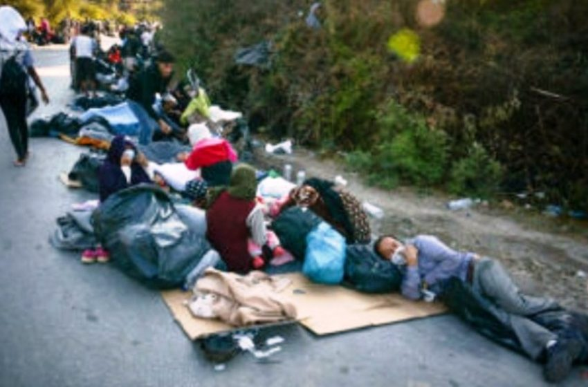 "LIVE Τα διεθνή μέσα μεταδίδουν εικόνες ντροπής – Πρόσφυγες περιμένοντας… τα ""άφαντα"" πλοία"