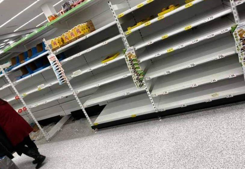 Κοροναϊός: Άδειασαν τα ράφια στα σούπερ μάρκετ οι Βρετανοί υπό τον φόβο ενός γενικού lockdown (pic)