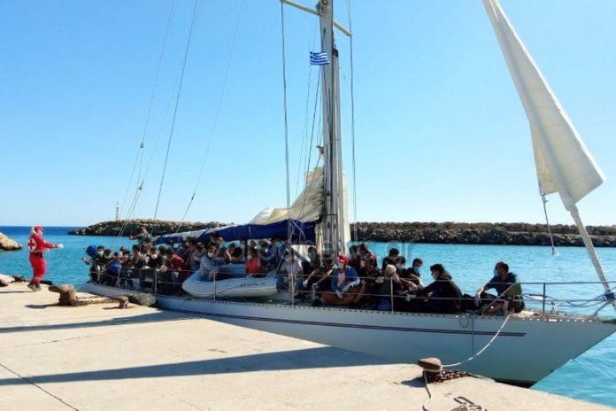 Ρυμουλκήθηκε στην Παλαιοχώρα Χανίωντο το σκάφος που μετέφερε περίπου 70 μετανάστες