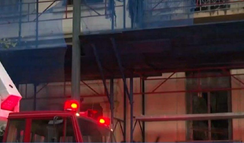 Πυρκαγιά σε νεοκλασικό στον Κολωνό – Επεκτάθηκε και σε δεύτερο κτίριο (vid)