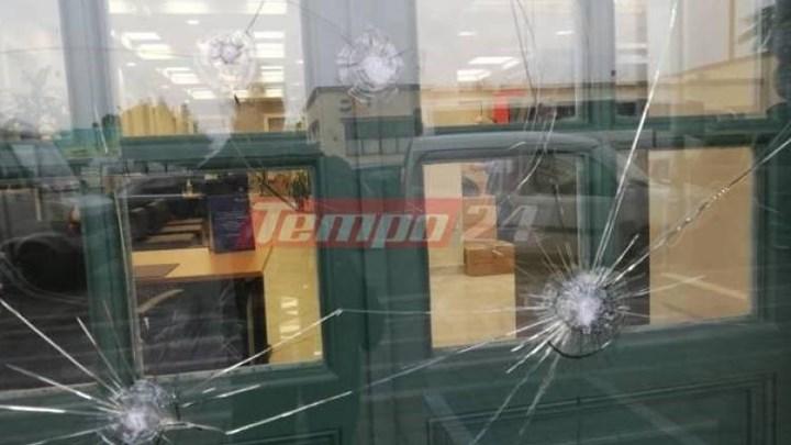 """Γυαλιά καρφιά στην Πάτρα – """"Έσπασαν"""" τράπεζες, πέταξαν μπογιές σε κτίρια (εικόνες)"""