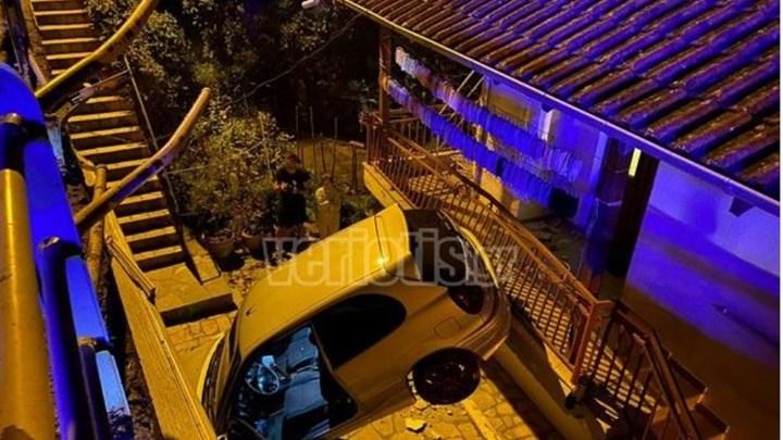 """Απίστευτο τροχαίο στη Βέροια: Αυτοκίνητο """"προσγειώθηκε"""" σε αυλή σπιτιού (εικόνες)"""
