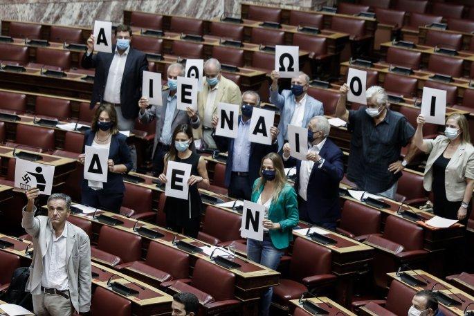 """Βουλευτές του ΣΥΡΙΖΑ σχημάτισαν τη φράση """"Δεν είναι αθώοι"""" στη Βουλή (εικόνες)"""