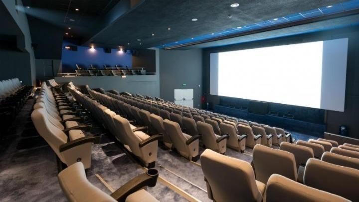 """""""Ασθενής"""" του κοροναϊού η ψυχαγωγία – Κλείνουν τα σινεμά, """"έκρηξη"""" εσόδων για τις συνδρομητικές πλατφόρμες"""