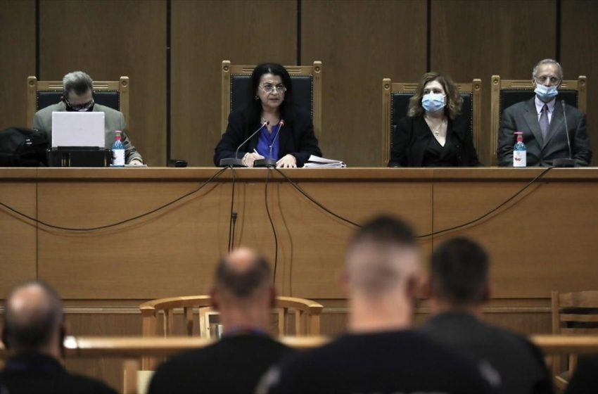 Ποινές για Χρυγή Αυγή: 13+ χρόνια σε Μιχαλολιάκο και διευθυντήριο – Ισόβια και 14 χρόνια στον Ρουπακιά – Όλη η απόφαση