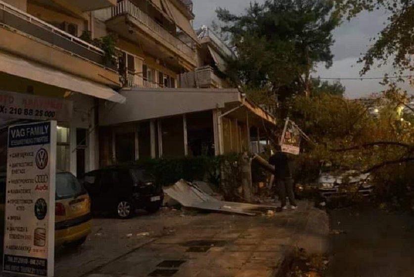 Νέο Ηράκλειο: Εικόνες χάους – Ξηλώθηκαν σκεπές, έπεσαν δέντρα – Μεγάλα προβλήματα από την κακοκαιρία (vid)
