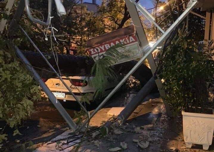 """Απίστευτο: Η κακοκαιρία στο Νέο Ηράκλειο """"πέταξε"""" σκύλο στην απέναντι ταράτσα"""