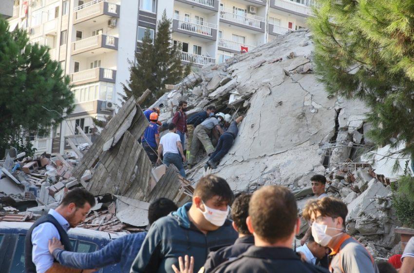 Συγκλονιστικές εικόνες από τη Σμύρνη: Η στιγμή του σεισμού- Κτίρια καταρρέουν- Πρωτοφανές τσουνάμι (vid)
