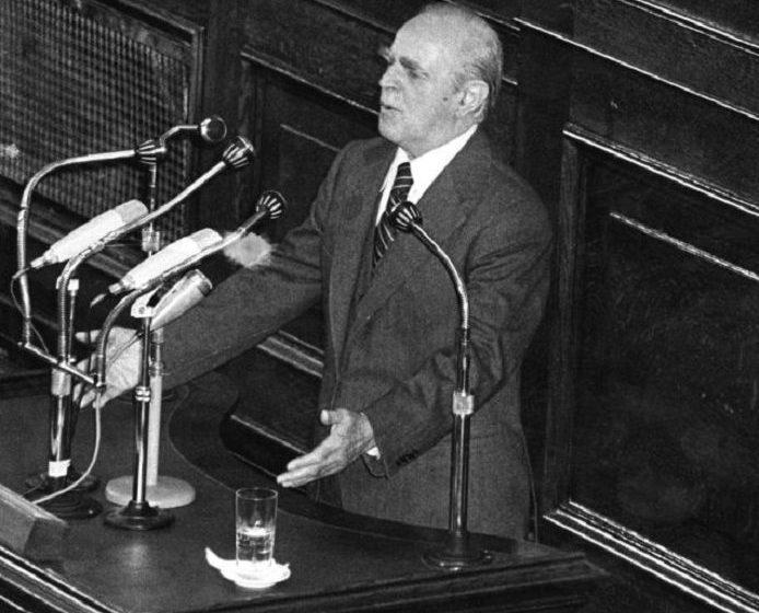 Σαν να μην πέρασε μια μέρα: Η επίκαιρη ομιλία του Καραμανλή το 1980 στη Βουλή για τα ελληνοτουρκικά