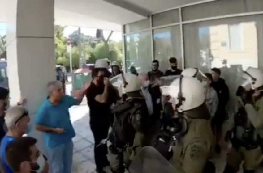 Ευελπίδων: Κάλεσμα συμπαράστασης για τον 14χρονο – Τον σέρνουν αυτόφωρο μετά από 4ημερη κράτηση, επειδή συμμετείχε στο συλλαλητήριο (vid)