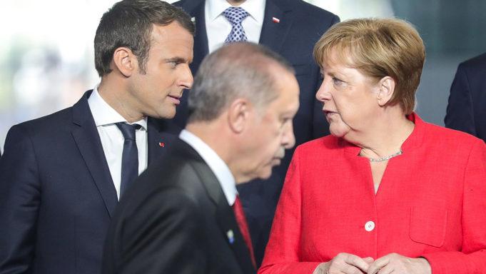 """Αιφνίδια κρίση Γαλλίας- Τουρκίας: Το Παρίσι ανακαλεί τον πρέσβη στην Άγκυρα μετά το """"παραλήρημα"""" Ερντογάν ότι """"ο Μακρόν χρειάζεται ψυχοθεραπεία"""""""