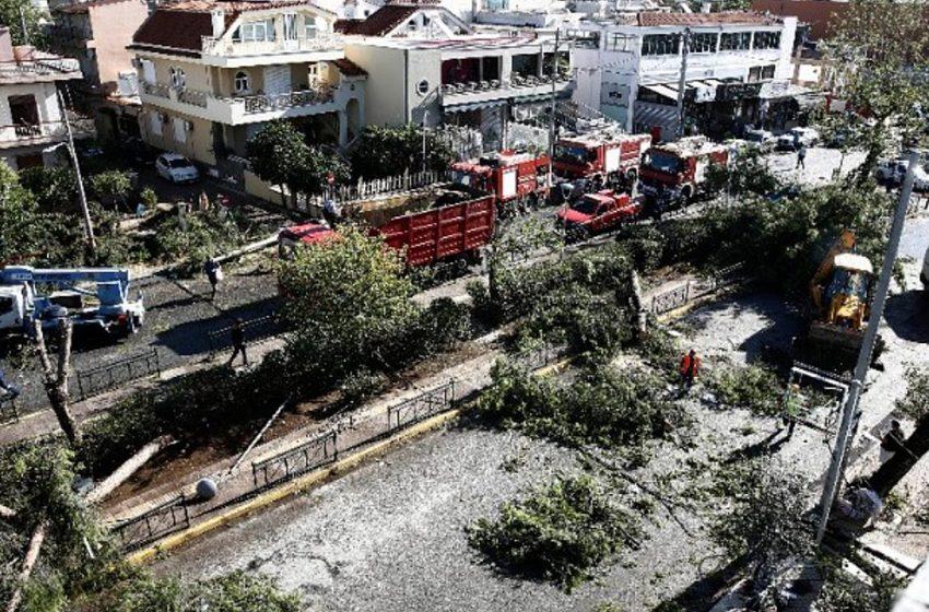 Νέο Ηράκλειο: Τρεις τραυματίες από την κακοκαιρία – Μεγάλες καταστροφές (vid)