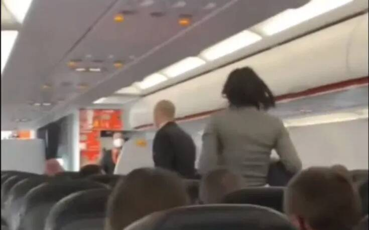 """Πτήση τρόμου: Γυναίκα αρνήθηκε να φορέσει μάσκα και έβηχε πάνω από τους επιβάτες φωνάζοντας """"θα πεθάνουν όλοι"""" (vid)"""