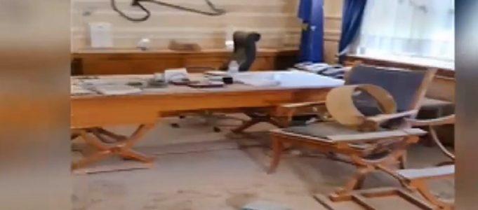 Κουκουλοφόροι χτύπησαν τον πρύτανη του Οικονομικού Πανεπιστημίου Αθηνών και έκαναν γυαλιά καρφιά το γραφείο του (vid)
