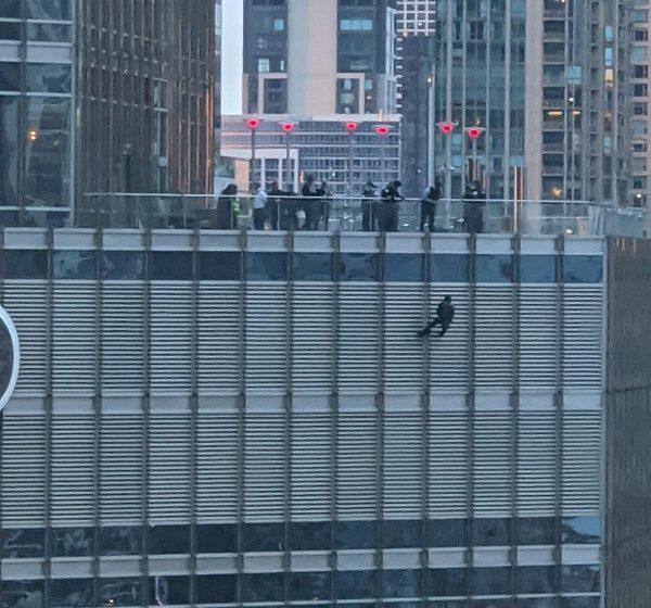 Συναγερμός στον πύργο Τραμπ – Άνδρας έχει κρεμαστεί με σχοινί και απειλεί να πέσει (vid)