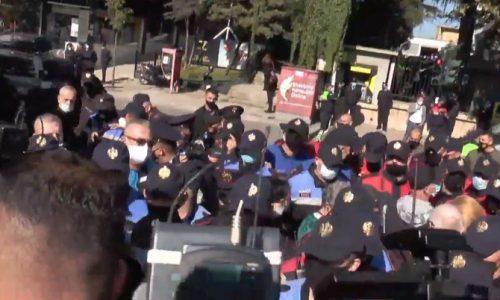 Συμπλοκές και συλλήψεις κατά την επίσκεψη Δένδια στα Τίρανα από διαδήλωση Τσάμηδων (pic)