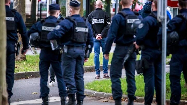 Mακρόν: Ο σκοταδισμός δεν θα νικήσει- Σοκ στη Γαλλία από τον αποκεφαλισμό του καθηγητή