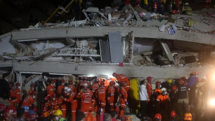 Μεγάλες καταστροφές στη Σμύρνη- Ισοπεδώθηκαν πολυόροφα κτίρια (εικόνες)