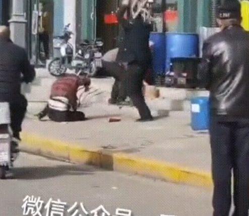 Εξοργιστικό: Χτυπά μέχρι θανάτου τη γυναίκα του στη μέση του δρόμου και κανείς δεν ασχολείται (vid)