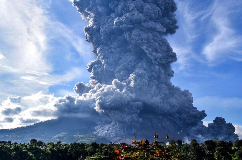 Πήρε… φωτιά το ηφαίστειο Λεβοτόλο στην Ινδονησία