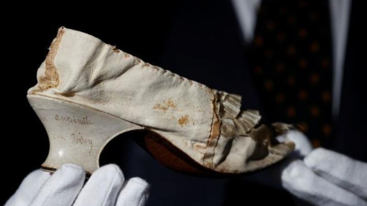 Έναντι 43.750 ευρώ πουλήθηκε το παπούτσι της Μαρίας Αντουανέτας