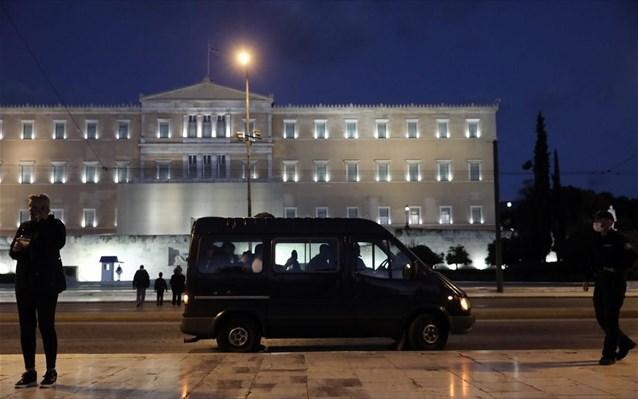 Σε 14 προσαγωγές αρνητών της μάσκας προχώρησε η ΕΛ.ΑΣ. στην πλατεία Συντάγματος