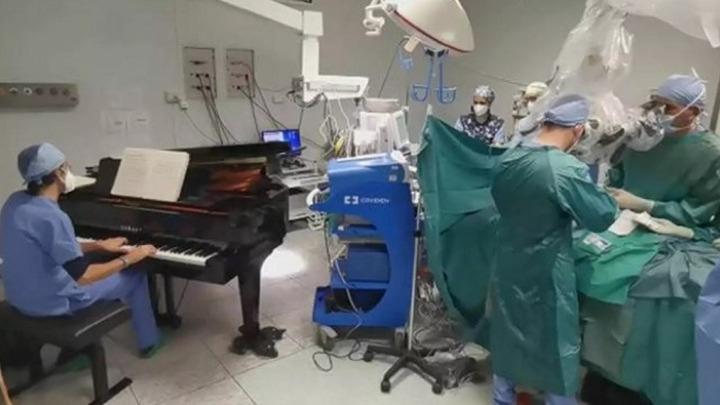Συγκλονιστικό: Γιατρός-μουσικός έπαιζε πιάνο σε 10χρονο ασθενή, κατά τη διάρκεια επέμβασης αφαίρεσης όγκου (vid)