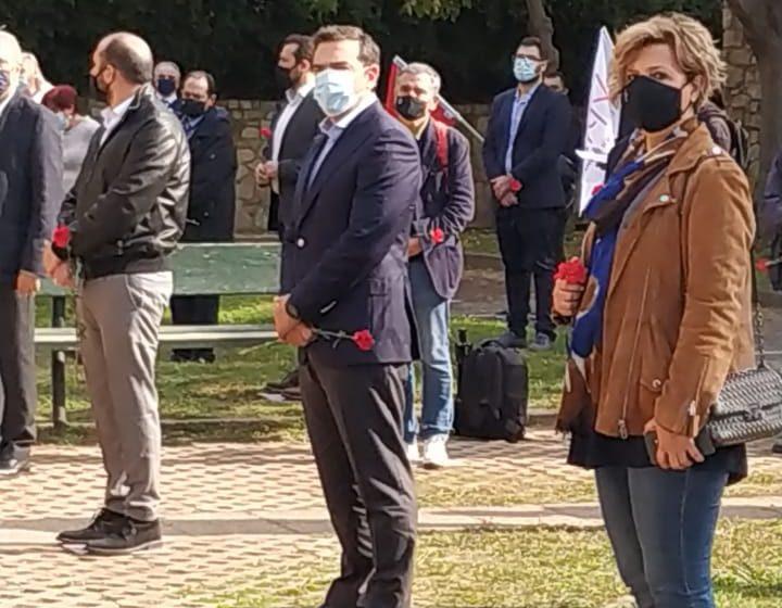 """Αλ. Τσίπρας:""""Το Πολυτεχνείο ακόμα ενοχλεί""""- Κατάθεση στεφάνου στο μνημείο του ΕΑΤ-ΕΣΑ"""