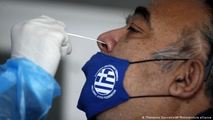 Handelsblatt: Πως ξέφυγε ο έλεγχος της πανδημίας στην Ελλάδα;
