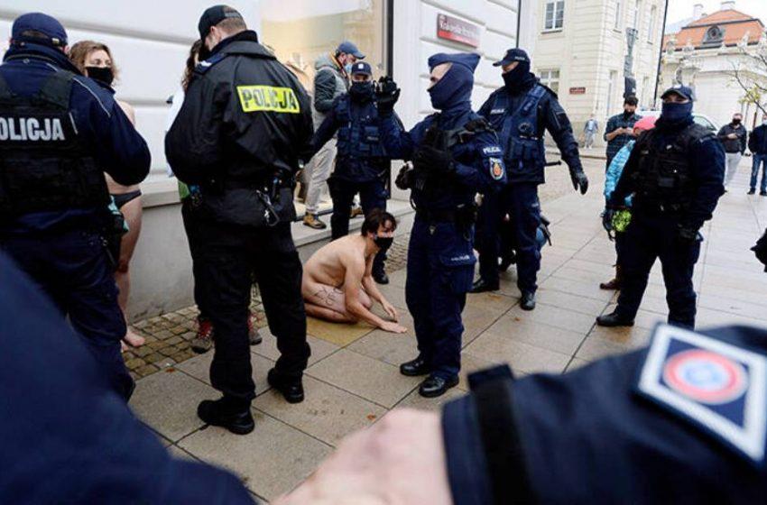 Γυμνή διαμαρτυρία για τις αμβλώσεις στην Πολωνία (pics)
