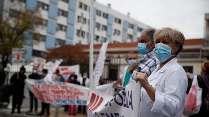 Συγκεντρώσεις διαμαρτυρίας από γιατρούς κι άλλους εργαζόμενους στα δημόσια νοσοκομεία