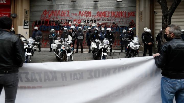 Θεσσαλονίκη: Στεφάνια στο Πολυτεχνείο από ΚΚΕ, ΚΝΕ, ΠΑΜΕ και ΣΦΕΑ – Εκδήλωση διαμαρτυρίας στο προξενείο των ΗΠΑ