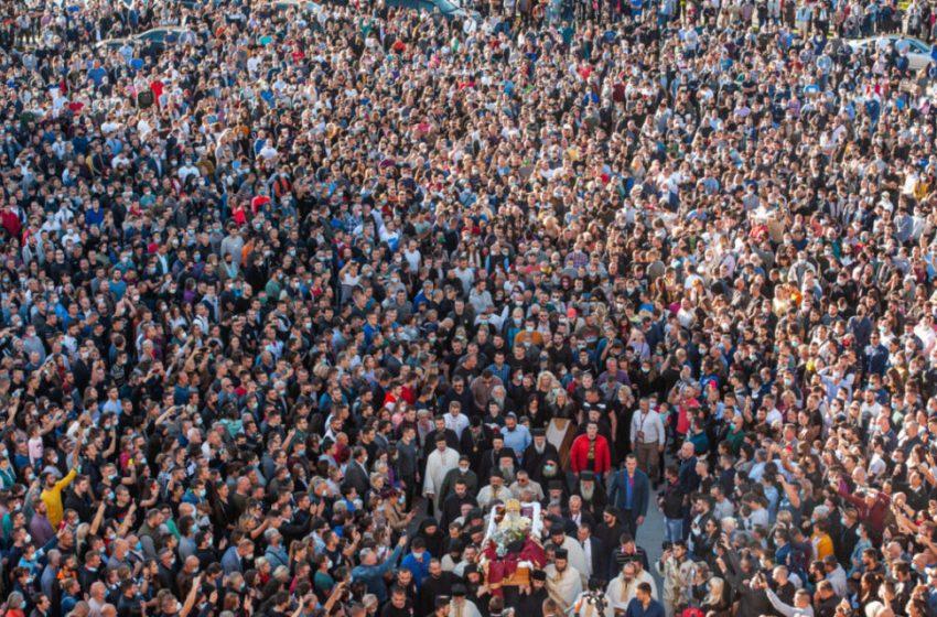Μαυροβούνιο: Χιλιάδες πιστοί συνωστίζονται σε κηδεία επισκόπου που πέθανε από κοροναϊό- Φιλούν το σώμα του νεκρού! (vid)