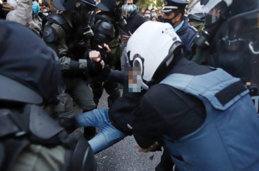 Σεπόλια: Η στιγμή της προσπάθειας σύλληψης από την Αστυνομία του 55χρονου πατέρα που νοσηλεύεται με ισχαιμικό