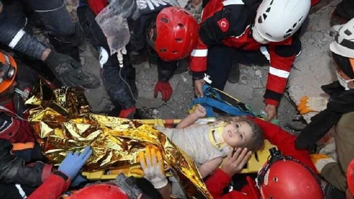 Συγκλονιστικές στιγμές στη Σμύρνη: Η 4χρονη Αΐντα ανασύρθηκε ζωντανή 91 ώρες μετά το σεισμό (vid)