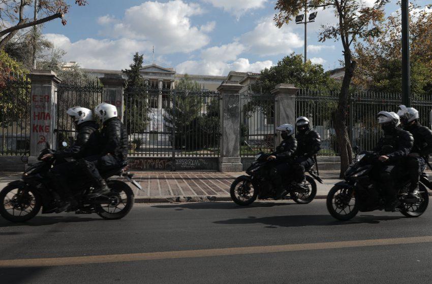 Απαγόρευση συναθροίσεων: Θύελλα αντιδράσεων από την αντιπολίτευση – Ομαδικά πυρά μετά την καταδίκη από την Ένωση Δικαστών και Εισαγγελέων