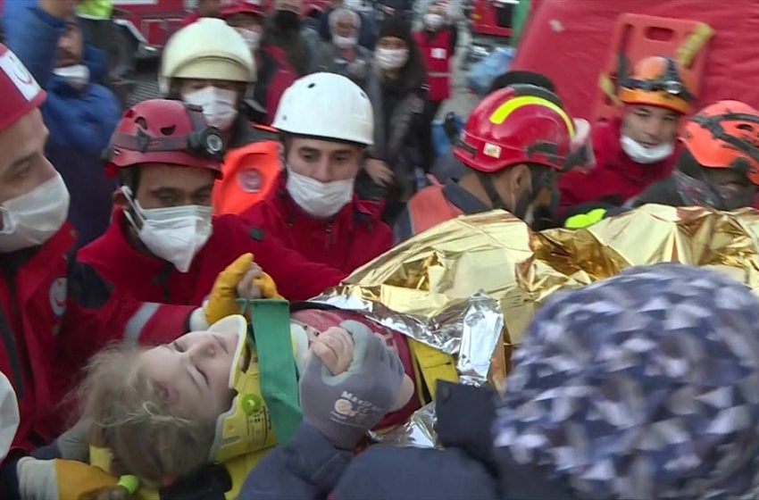 Σμύρνη: Ελπίδα στα συντρίμμια – Βρέθηκε ζωντανό τρίχρονο παιδί (vid)