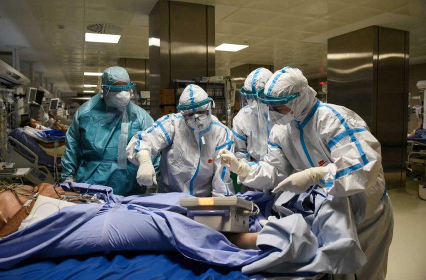 Το reuters στο Παπανικολάου: Συγκλονιστικό φωτορεπορτάζ με τη μάχη των γιατρών στη ΜΕΘ