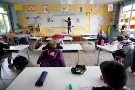 Αργούσαν τα παιδιά τους και τα πετούσαν πάνω από τα κάγκελα για να προλάβουν το σχολείο