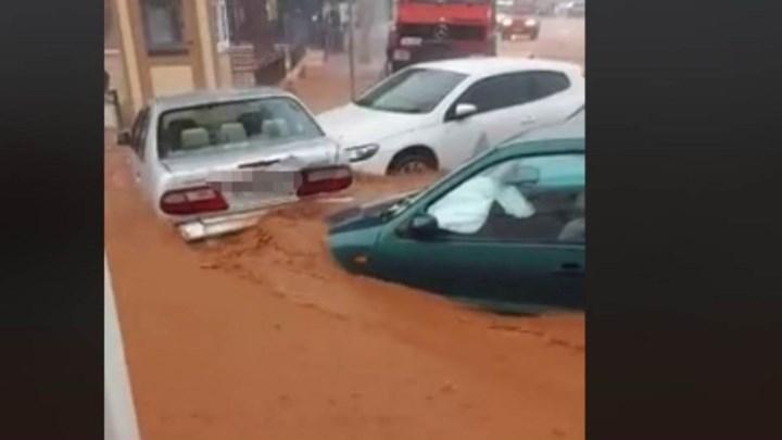 Απίστευτες εικόνες στα Μάλια: Άνθρωποι γαντζώθηκαν σε κολόνες για να σωθούν – Νερά παρέσυραν αυτοκίνητα (vids)