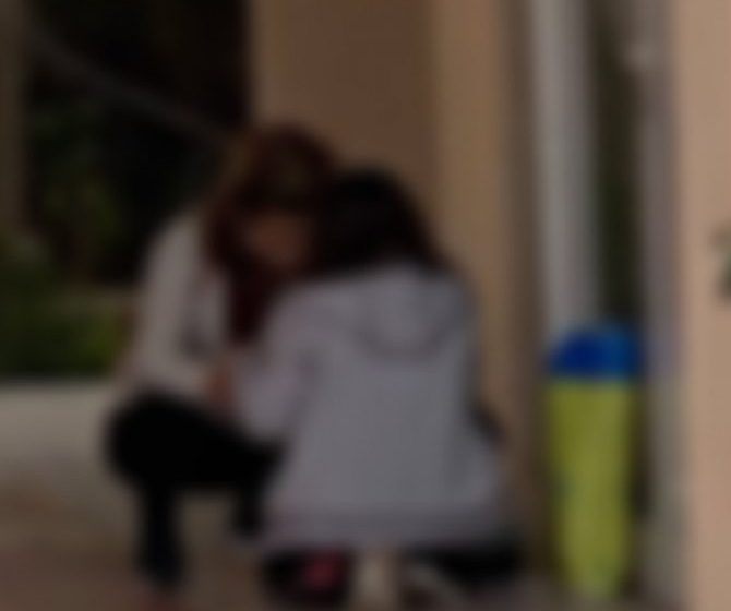 Ρεθυμνιώτες δώρισαν τάμπλετ στη μητέρα με τα δυο παιδιά που έκαναν τηλεκπαίδευση στο πεζοδρόμιο